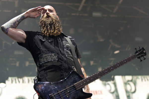 pictures-Chris-Kael-bass-FiveFingerDeathPunch-100-Ways-to-Hate-2011