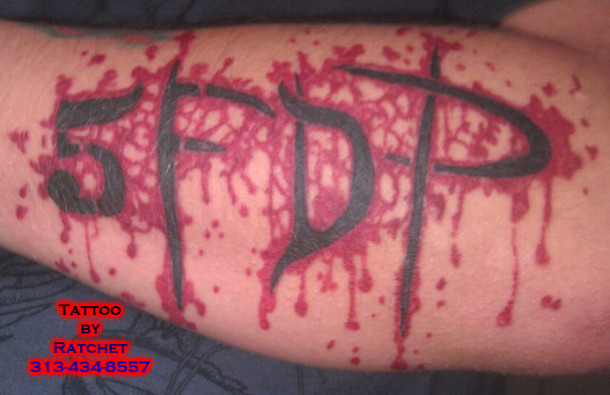 fotografii-FiveFingerDeathPunch-heavy-metal-gang-fans-tatoo-2011