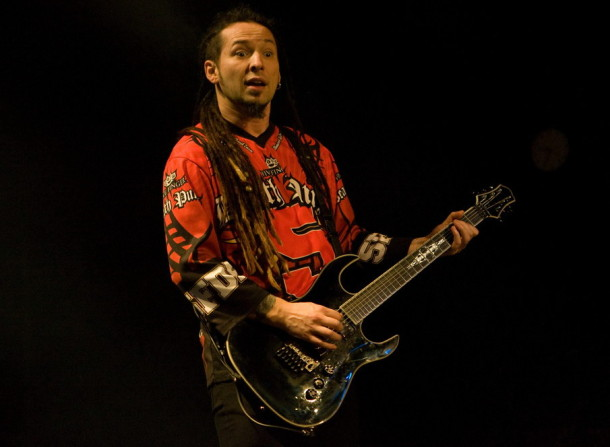picture-FiveFingerDeathPunch-Jason-Hook-Canto-34-band-tour-2009