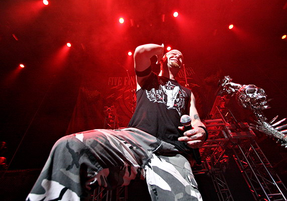 picture-band-FiveFingerDeathPunch-Ivan-Moody-HEAVY-MTL-live-2010