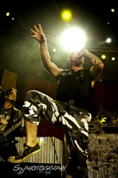 photograph-gruppa-FiveFingerDeathPunch-Jason-Hook-Mayhem-Festival-2010