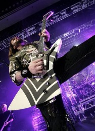 foto-performing-gryppa-FiveFingerDeathPunch-The-Pride-Canada-2012