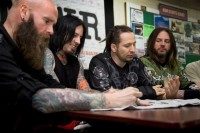 foto-Zoltan-Bathory-FiveFingerDeathPunch-in-Kuwait-2012-military