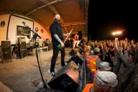 picture-Chris-Kael-FiveFingerDeathPunch-Kuwait-live-for-troops
